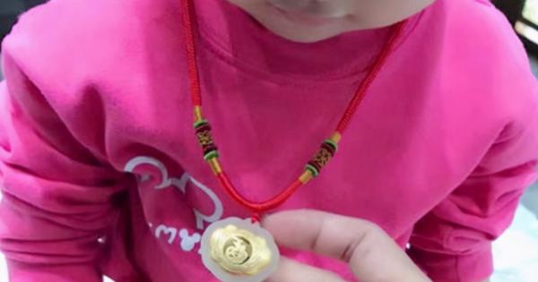 Con gái bị mất dây chuyền vàng giá trị, người mẹ đòi lục soát hết tư trang của cả lớp nhưng cách cô giáo phản ứng khiến người này câm nín