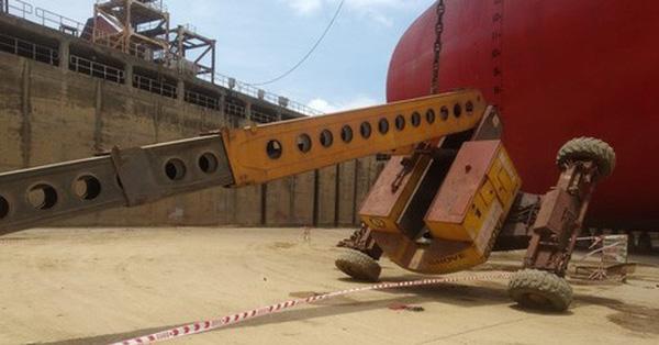 Xe nâng đưa công nhân lên sơn tàu bất ngờ bị lật ở độ cao 25m khiến 3 người thương vong