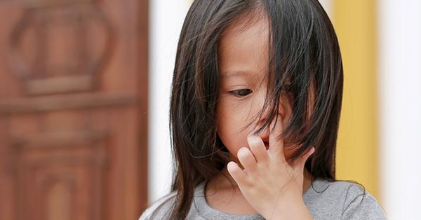 Bé gái thường xuyên ngoáy mũi, cha mẹ để mặc không ngăn cản, đến tuổi đi học mới hối hận thì đã muộn