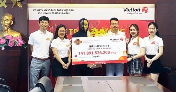 Nhân viên văn phòng ở TP.HCM trở thành tỷ phú nhờ tấm vé Vietlott mua online - jackpot