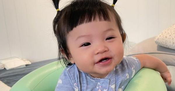 """Bà xã Cường Đô La ngỡ ngàng vì con gái 8 tháng tuổi biết nói từ đầu tiên nhưng không chịu gọi """"ba – mẹ"""", lại còn kiên quyết làm điều này"""