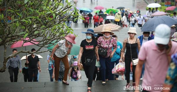Ảnh: Hàng nghìn người đội mưa về dự lễ Giỗ Tổ Hùng Vương