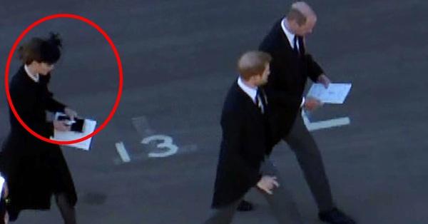 Chỉ một khoảnh khắc, Công nương Kate đã chứng minh cho cả thế giới thấy sự tinh tế của mình, giúp Hoàng tử William và Harry hàn gắn quan hệ