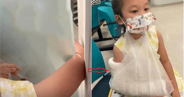 Bé gái 4 tuổi nghịch ngợm nhét nguyên bàn tay vào khe cửa kính khiến tay bị gãy