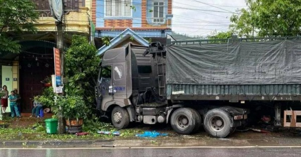 Quảng Ninh: 3 người đang đứng trên vỉa hè bị xe đầu kéo lao lên tông trúng, 1 người tử vong