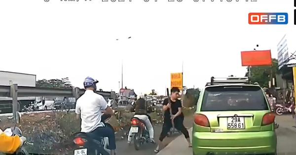 Clip: Nam thanh niên vác gậy đuổi, đập vỡ kính xe, đấm tài xế tới tấp ngay giữa đường