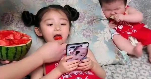 Bức ảnh bố cho hai con ăn dưa hấu trông rất tình cảm nhưng cư dân mạng lập tức chỉ trích vì 1 điều