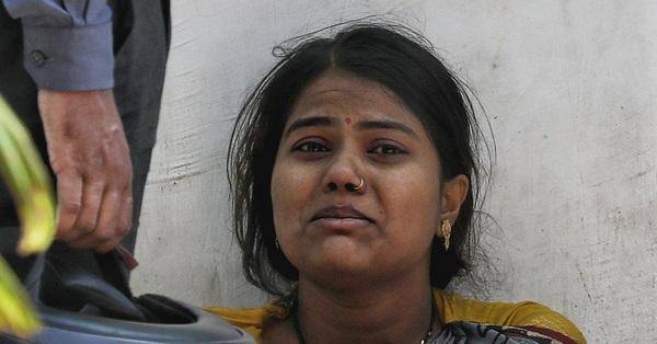 Thực trạng chua xót ở Ấn Độ: Bệnh nhân Covid-19 cầm cự tại nhà bằng oxy mua tại