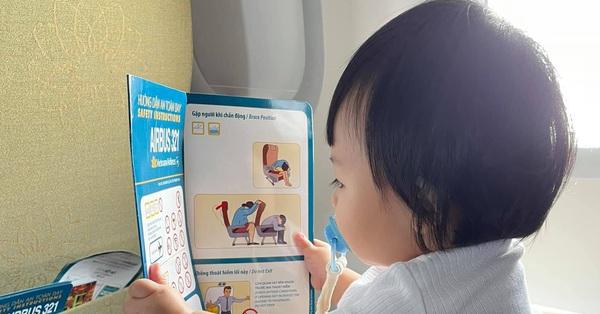"""Cường Đô La khoe khoảnh khắc """"bà cụ non"""" của con gái, mới vài tháng tuổi đã ngồi đọc chữ như người lớn"""