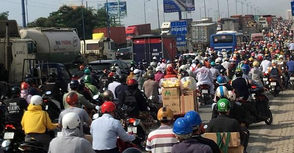 Cửa ngõ phía Đông TP Hồ Chí Minh ùn tắc trước ngày nghỉ lễ 30/4 và 1/5