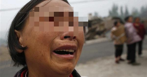 Con gái lấy chồng xa 2 năm chỉ gửi về hũ cải chua, mẹ chần chừ mãi không dám ăn để rồi khi mở ra thì khóc ngất vì hối hận