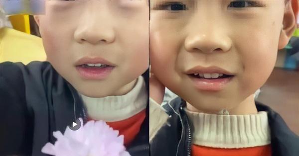Cậu bé mầm non mang hoa đến tặng cô giáo, nghe lý do cô đang vui bỗng khóc dở mếu dở