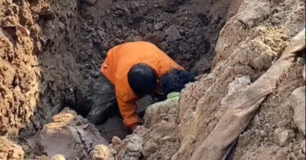 Hà Nội: Đang thi công công trình bất ngờ phát hiện người đàn ông nằm dưới lòng đất sâu 2m