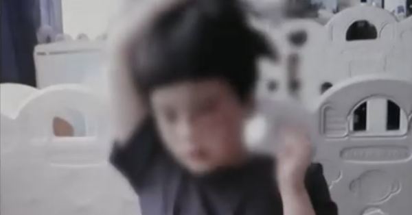 Bé gái 10 tuổi bị dì dượng nhấn nước đến chết, hình ảnh cuối đời không thể điều khiển được cánh tay của đứa trẻ gây xót xa