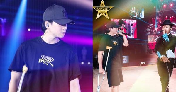 Karik gây xúc động khi chống nạng đến tập luyện cho concert Rap Việt bất chấp bị dập xương mâm, đứt dây chằng sau sự cố té sân khấu