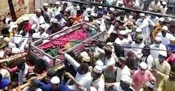 Hình ảnh gây bàng hoàng ở Ấn Độ: Mặc Covid-19 cướp đi hàng vạn sinh mạng, biển người vẫn đến đưa tang một giáo sĩ