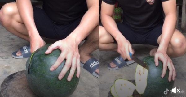 Chàng trai mừng rơi nước mắt khi sang nhà bạn được tặng quả dưa hấu 'khổng lồ', nhưng cái kết bổ ra khiến ai cũng mếu máo