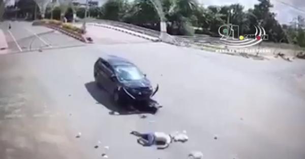 Ô tô đâm trực diện người đàn ông đi xe máy văng xa cả chục mét giữa ngã tư, hiện trường khiến tất cả bàng hoàng