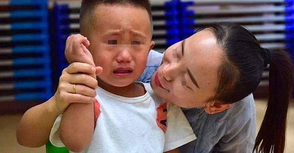 Bố mẹ có con trai chú ý: Con bạn chỉ cố tỏ ra mạnh mẽ, thực chất chúng cần được ôm nhiều hơn bạn nghĩ vì những lý do này