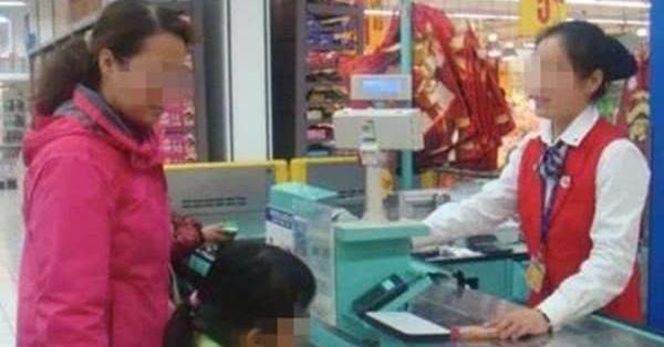 Con gái 6 tuổi cầm hơn 300 nghìn đồng đi mua muối nhưng không mang tiền thừa về, mẹ tức giận tìm ông chủ mới phát hiện sự thật về con mình