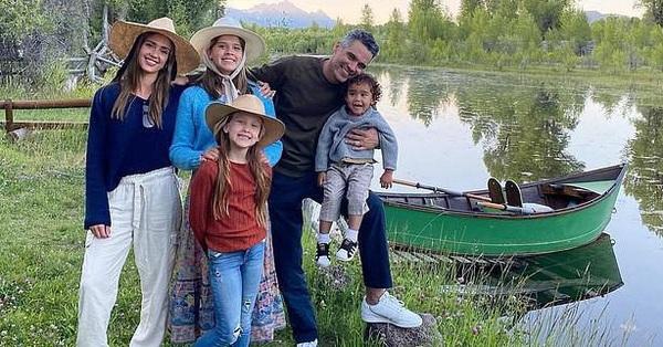 """Mỹ nhânJessica Alba khiến hàng triệu bà mẹ đồng cảm với đời sống gia đình """"trần trụi"""" mà hạnh phúc"""