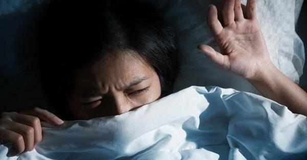 Bé gái 12 tuổi đang ngủ bỗng bị đánh thức bởi âm thanh