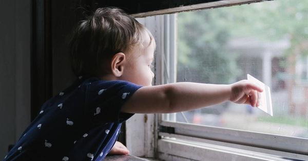 Bé gái 11 tháng tuổi rơi từ tầng 3 chung cư xuống đất tử vong khi đang chơi cùng với anh chị gần cửa sổ