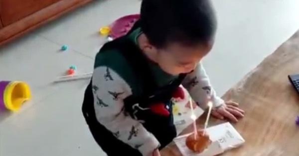 Đang cùng mẹ chơi trò thổi nến sinh nhật, con trai bất ngờ làm một hành động khiến cho mẹ sững sờ không thốt nên lời