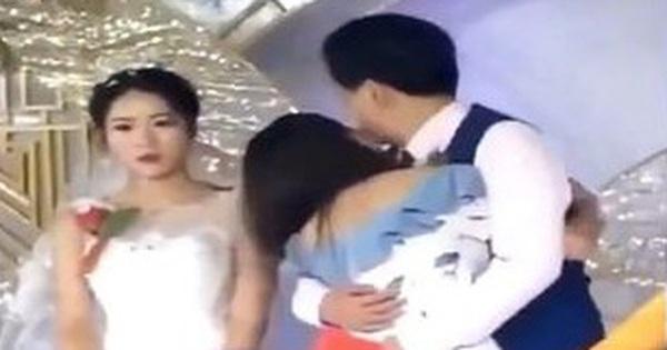Chú rể ôm gái lạ khóc rất lâu trong hôn lễ, để mặc cô dâu như người tàng hình, dân tình xôn xao truy tìm sự thật