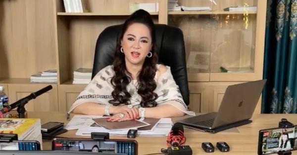 """Sau khi hỏi vợ cho con, bà chủ Đại Nam livestream gửi lời """"khẩn cầu"""" Hoài Linh, mong mỏi nghệ sĩ này lên tiếng sau loạt lùm xùm"""