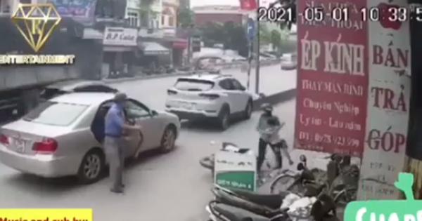 Người đàn ông mở cửa xe không quan sát gây