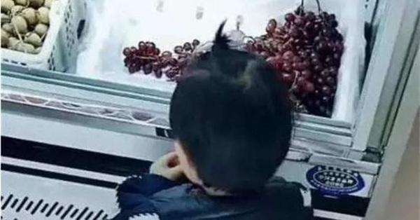 Cháu trai ăn vụng hộp dâu tây gần 1 triệu đồng trong siêu thị, bà nội nói 1 câu khiến bảo vệ sững sờ