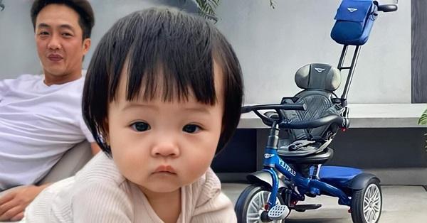 Nhà không có gì ngoài điều kiện, Cường Đô la lại sắm cho bé Suchin 1 chiếc xe đẩy mới, giá sương sương hơn 12 triệu