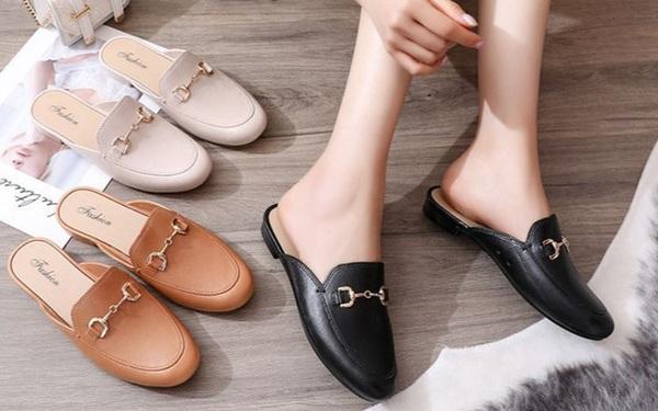 Trời mưa mà diện 4 kiểu giày dép này thì khả năng