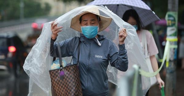 Thi vào lớp 10 sáng 13/6: Mưa to như trút nước, hơn 93.000 thí sinh Hà Nội làm 2 bài thi môn Toán và Lịch sử