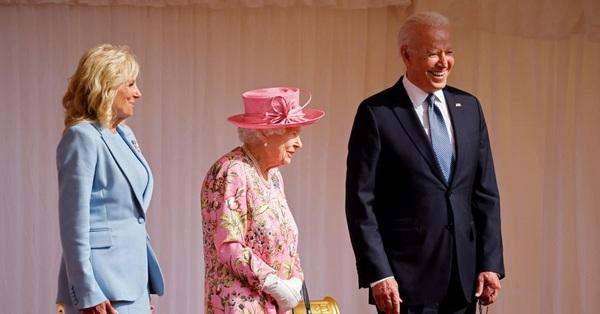 Vợ chồng Tổng thống Mỹ gặp mặt Nữ hoàng Anh, Đệ nhất phu nhân Mỹ trở thành tâm điểm chú ý với hành động gây bối rối