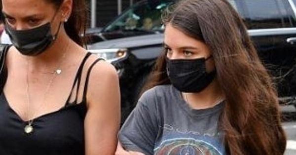 Suri Cruise ngày càng ra dáng thiếu nữ khi đi bên cạnh mẹ, ánh mắt giống hệt Tom Cruise