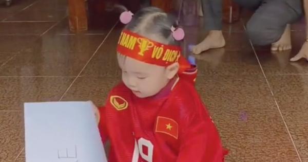 Clip tiên tri triệu view của cháu gái Quang Hải: Mặc áo đá bóng của chú, đầu buộc băng rôn nhưng lại chọn... UAE chiến thắng