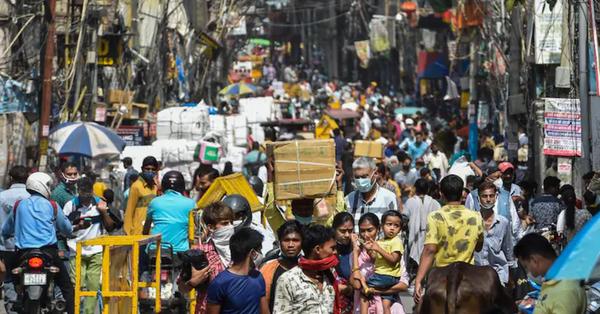 Dòng người chen chúc đi mua sắm sau khi gỡ bỏ phong tỏa ở Ấn Độ, bác sĩ đưa ra lời cảnh báo rợn người: