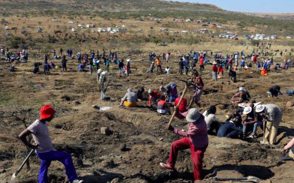 Dân đổ xô đến ngôi làng Nam Phi tìm vận may sau phát hiện bất ngờ