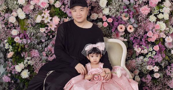 Mới 3 ngày tuổi đã được bố nuôi đón về với lý do không ai ngờ đến, con gái NTK Đỗ Mạnh Cường ngày càng xinh đẹp
