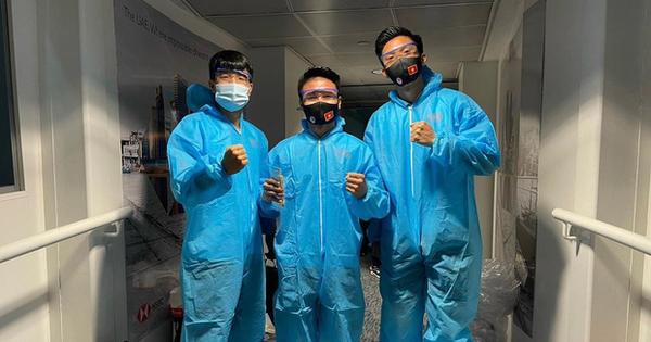 ĐT Việt Nam về tới TP.HCM sau kỳ tích World Cup, HLV Park Hang-seo và các học trò mặc đồ bảo hộ kín mít, tâm điểm là Văn Hậu với chiếc quần