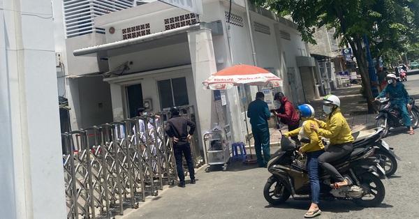 NÓNG: Bệnh viện quận 4 bất ngờ đóng chặt cửa, ngừng tiếp nhận bệnh nhân mới