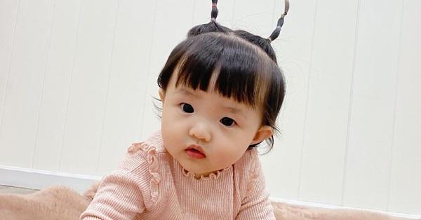 """Đông Nhi lại """"bày trò"""" với con gái Winnie, nhìn hai chiếc sừng trên đầu cô bé mà bật cười"""