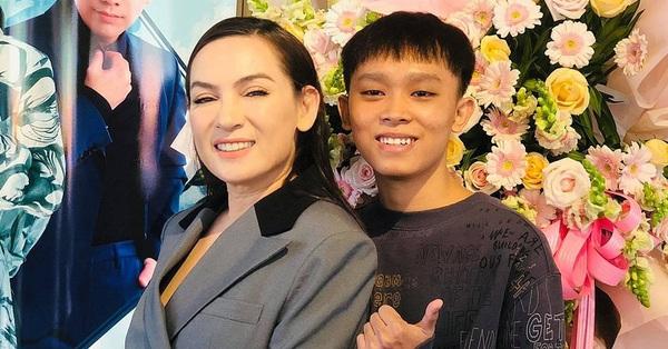 Xôn xao clip con nuôi nói Phi Nhung bắt Hồ Văn Cường đi hát mà không trả tiền, nhưng xem xong mới thấy không như mọi người nghĩ