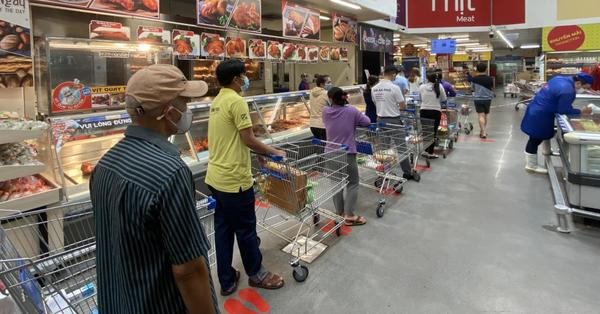 Người dân TP.HCM xếp hàng đi mua sắm, tích trữ lương thực vì tin đồn