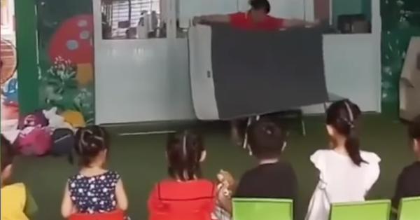 Cô giáo biến mất ngay trước mắt khiến cả lớp mầm non hốt hoảng: Nhìn kỹ mấy bé ơi, ăn phải trái lừa