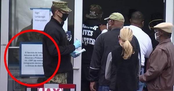 Hầu khắp các điểm tiêm vaccine ngừa Covid-19 ở Mỹ đều đặt tấm biển này, chỉ một dòng chữ nhưng khiến người dân hài lòng vì sự bình đẳng