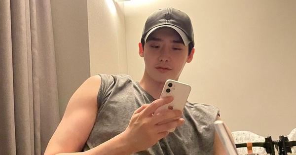 Sau thời gian bị chê ẻo lả, Lee Jong Suk tái xuất với cơ bắp cuồn cuộn cực kỳ nam tính