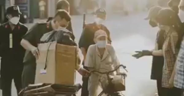 Cụ ông đi nhặt ve chai giữa lúc giãn cách xã hội phải lên xe thùng và hành động đầy ấm áp của chiến sĩ công an